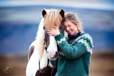 13 Eldhestar Teilnehmer mit Pferden im Portrait-1