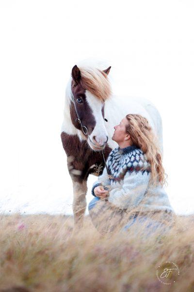 13 Eldhestar Teilnehmer mit Pferden im Portrait-3