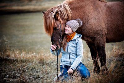 13 Eldhestar Teilnehmer mit Pferden im Portrait-4