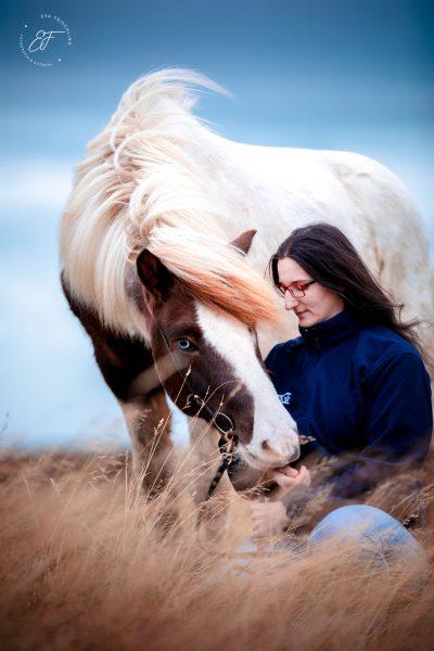 13 Eldhestar Teilnehmer mit Pferden im Portrait-7